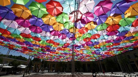 BDTD Bild des Tages Deutsch | Umbrella Sky Project | Patricia Cunha (AFP/Getty Images/B. Horvat)
