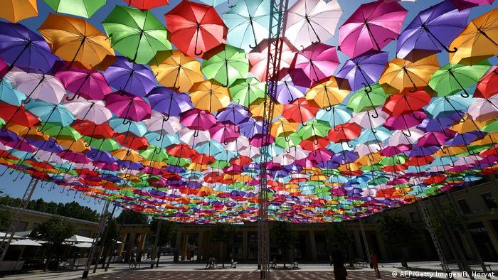 BDTD Bild des Tages Deutsch | Umbrella Sky Project | Patricia Cunha (AFP/Getty Images/B. Horvat)