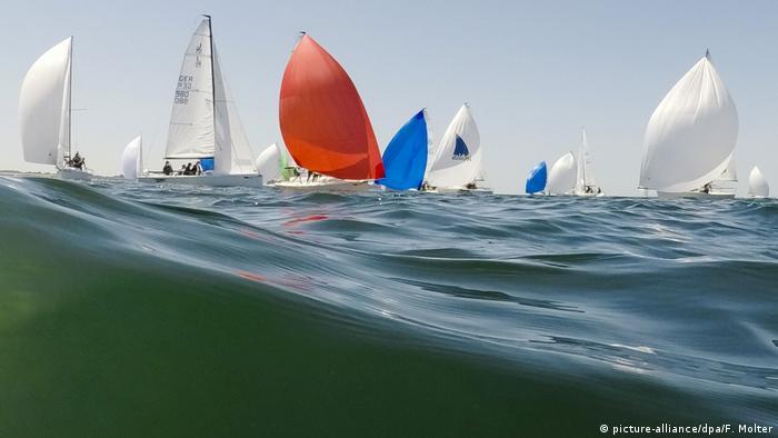 La Kieler Woche (Semana de Kiel) es uno de los campeonatos de regata de veleros más importantes del mundo, y su festival de verano es uno de los más grandes del norte de Europa. Además del aspecto deportivo, ofrece cerca de 2.000 eventos, entre ellos, 300 conciertos en 16 escenarios, visitas guiadas y entretenimientos de todo tipo. Cerca de tres millones de personas lo visitan todos los años.