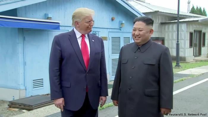 Donald Trump e Kim Jong-un na zona desmilitarizada entre as duas Coreias