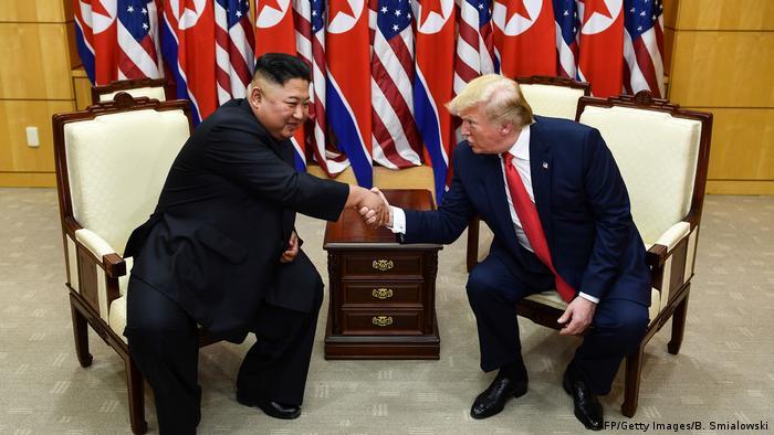 Kim Jong-un e Donald Trump se cumprimentam na zona desmilitarizada entre as Coreias