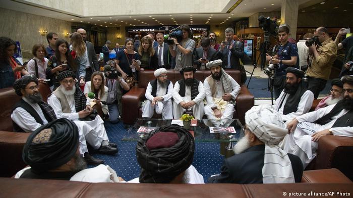 Friedensgespräche in Katar, im Bild die Talibandelegation (picture-alliance/AP Photo/A. Zemlianichenko)