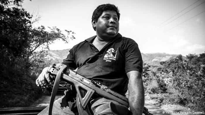 Santa María Ostula conformó su guardia comunal en 2009, sustentándose en el acuerdo 169 de la OIT, que otorga a las comunidades indígenas el derecho a establecer sus propios mecanismos de seguridad. La guardia comunal fue fracturada por el poderoso cártel de los Caballeros Templarios, pero se reorganizó con la ayuda de grupos de autodefensa de comunidades vecinas y recuperó el control en 2014.