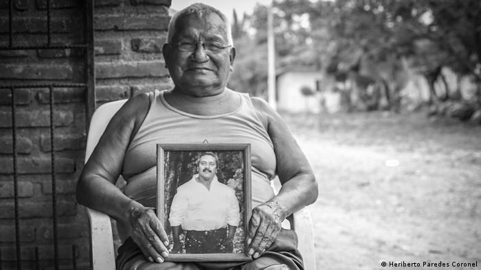 Apolinar Santos sostiene la fotografía de su hijo asesinado, Teódulo Santos, uno de los mayores impulsores de la lucha por la recuperación de tierras. El maestro de primaria fue secuestrado y asesinado en 2012. Fue una época de terror y muerte para la comunidad, muchos de sus pobladores decidieron huir, pero se reorganizaron y volvieron en 2014.