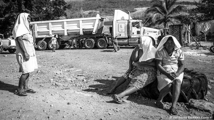 Una de las estrategias de la comunidad para defender su territorio es el bloqueo de la carretera federal 200 que serpentea la costa del Pacífico mexicano y cruza la comunidad. Se trata del paso de millones de camiones de carga entre el puerto de Manzanillo, Colima, y el más importante del país, el puerto de Lázaro Cárdenas, en Michoacán.