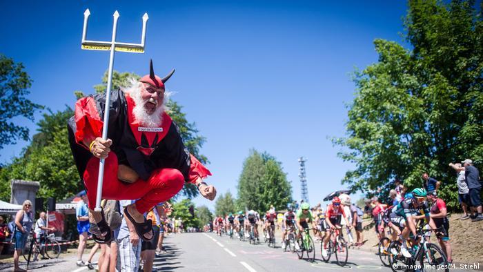 BdTD Deutschland Radrennen - Fan als Teufel verkleidet (Imago Images/M. Stiehl)