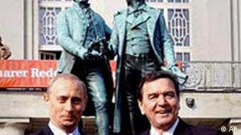 Der russische Präsident Vladimir Putin mit Gerhard Schröder in Weimar