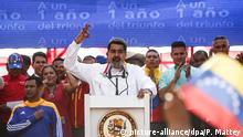 20.05.2019, Venezuela, Caracas: Nicolas Maduro (M.), Präsident von Venezuela, spricht auf einer Kundgebung zum Jahrestag seiner Wiederwahl. Maduro übernahm die Präsidentschaft von Venezuela 2013 nach dem Tod von Chavez. Am 20. Mai 2018 wurde er wiedergewählt. Da aber seine Wiederwahl nicht den demokratischen Grundsätzen entsprochen haben soll, erkennen viele Länder Maduro nicht mehr an. Foto: Pedro Mattey/dpa | Verwendung weltweit