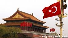 Bildnummer: 57882774 Datum: 09.04.2012 Copyright: imago/UPI Photo Turkey s national flag flies over Tiananmen Square ahead of Prime Minister RecepxTayyipxErdogan s state visit to China in Beijing April 9, 2012. Erdogan is in China on a 4-day state visit. PUBLICATIONxINxGERxSUIxAUTxHUNxONLY Politik x2x xsk 2012 quer o0 Fahne, Nationalfahne, Gebäude 57882774 Date 09 04 2012 Copyright Imago UPi Photo Turkey S National Flag FLIES Over Tiananmen Square Ahead of Prime Ministers S State Visit to China in Beijing April 9 2012 Erdogan IS in China ON a 4 Day State Visit PUBLICATIONxINxGERxSUIxAUTxHUNxONLY politics x2x xSK 2012 horizontal o0 Flag National flag Building