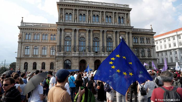Protests in Budapest against the outsourcing of Academy institutes to a government controlled body