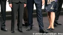 ARCHIV - 16.05.2013, Nordrhein-Westfalen, Köln: Männliche und weibliche Vorstandsmitglieder der Telekom stehen auf der Hauptversammlung zusammen. Die oberste Führungsriege in mittelständischen Firmen ist meist weiblicher als in Dax-Konzernen. Das ist das Ergebnis einer repräsentative Umfrage der Wirtschaftsprüfgesellschaft Ernst & Young unter deutsche Mittelständlern. (zu dpa «Mittelständler haben mehr weibliche Führungskräfte als Dax-Konzerne») Foto: Oliver Berg/dpa +++ dpa-Bildfunk +++ | Verwendung weltweit