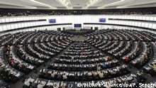 ARCHIV - Mitglieder des Europäischen Parlaments während einer Sitzung, aufgenommen am 22.05.2012 in Straßburg (Frankreich). Das Parlament stimmt am 20.11.2013 über die Frauenquote in Aufsichtsräten börsennotierter Unternehmen ab. Bis 2020 soll eine Frauenquote von 40 Prozent erreicht werden. Foto: Patrick Seeger/epa/dpa (zu dpa-Meldung vom 20.11.2013) +++(c) dpa - Bildfunk+++ | Verwendung weltweit