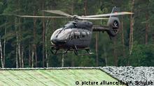 12.06.2019, Niedersachsen, Faßberg: Ein Hubschrauber der Bundeswehr vom Typ H145M, schwebt dem Gelände vom Fliegerhorst Faßberg auf einem Übungsdeich. Foto: Philipp Schulze/dpa | Verwendung weltweit