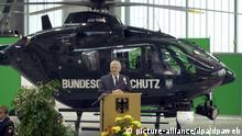 Otto Schily vor neuem Eurocopter 135