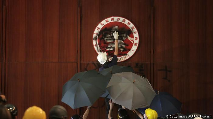 Hongkong Stürmung Parlamentsgebäude (Getty Images/AFP/V. Prakash)