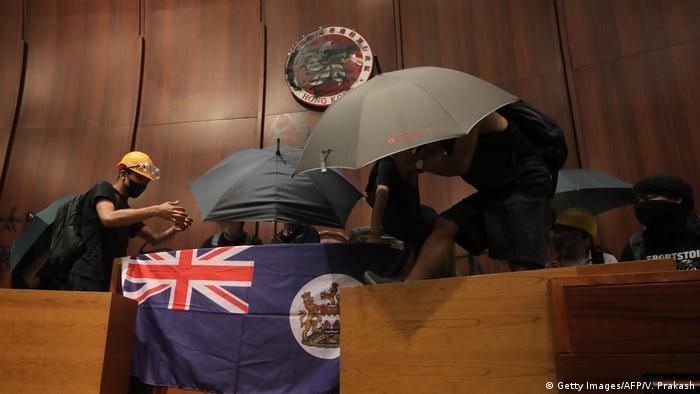 Pintadas, cristales rotos y la bandera de ocupación británica. (Getty Images/AFP/V. Prakash)