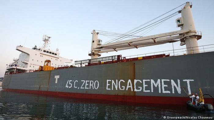 Greenpeace pintou a mensagem 45 graus, zero comprometimento no casco de navio com soja do Brasil