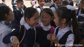 Казахстанские школьницы во время перемены