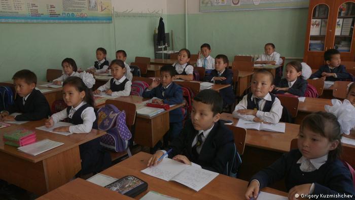 Урок в одном из начальных классов в школе в Казахстане