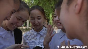 Ученицы одной из казахстанских школ пишут сообщения в чатах на латинице