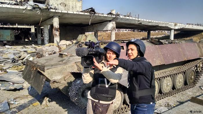 Голине Атай и ее оператор Дженни Шенк в аэропорту Донецка