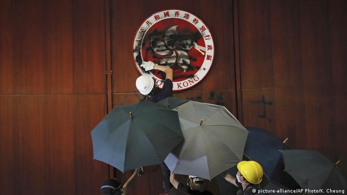 HongKong Protest gegen Auslieferungsgesetz Studenten Parlament (picture-alliance/AP Photo/K. Cheung)