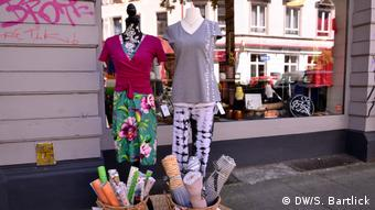 Baskets with materials and shop dolls wearing sustainable fashion outside a boutique in Altona, Hamburg, Germany (DW/S. Bartlick)