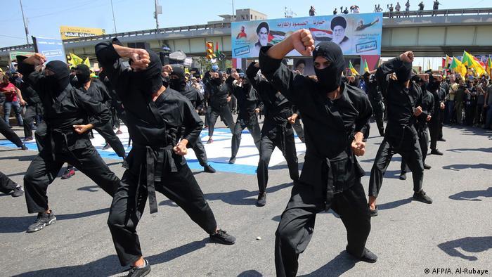 برخی از گروههای شیعه عراقی پنهان نمیکنند که با جمهوری اسلامی مناسبات نزدیکی دارند و سیاستهای خود را با نظر ایران تنظیم میکنند. ایران از این گروهها به عنوان اهرم فشار بر سیاستمداران عراقی استفاده میکند. از سوی دیگر جمهوری اسلامی در نزاع خود با آمریکا از این نیروها نیز بهره میگیرد.