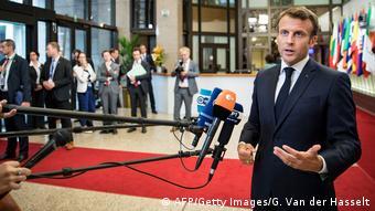 Ο γάλλος πρόεδρος Εμμανουέλ Μακρόν προσέρχεται στο Συμβούλιο Κορυφής μάλλον πληγωμένος