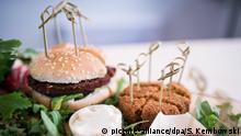 Vegetarische Burger stehen am 15.09.2016 auf einem Tisch in einer vegetarischen Metzgerei in Berlin-Kreuzberg. Foto: Sophia Kembowski/dpa (zu dpa «Vegetarische Metzger und das Geschäft mit fleischlosem Fleisch» vom 16.09.2016) +++(c) dpa - Bildfunk+++ | Verwendung weltweit