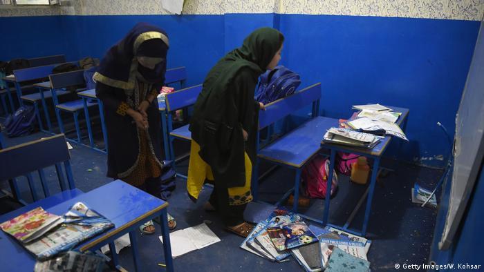Schüler in den Trümmern nach dem Anschlag in Kabul (Getty Images/W. Kohsar)