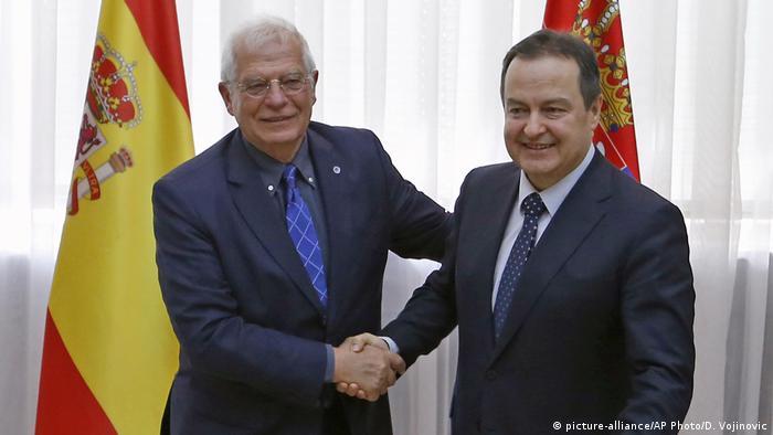 Josep Borrel (izqda.), con el ministro serbio de RR. EE., Ivica Dacic. (Archivo).
