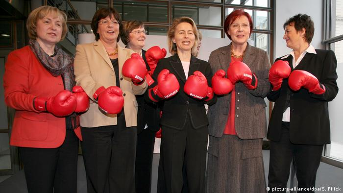 March 2008: Ursula von der Leyen and a variety of other German politicians pose in boxing gloves at the launch of a campaign against domestic violence. (picture-alliance/dpa/S. Pilick)