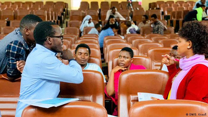A group of young Rwandans in deep discussion in a university lecture theater (DW/S. Krauß)