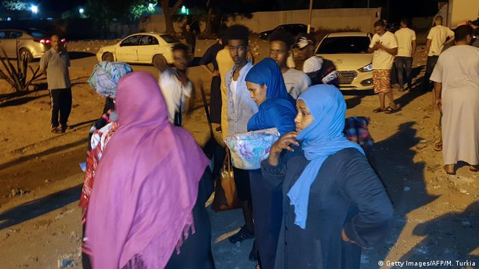 Люди біля табору біженців поблизу Триполі після авіаудару