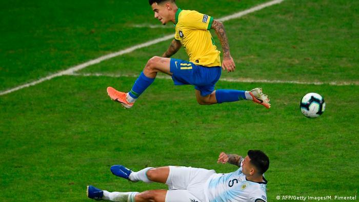 Philippe Coutinho salta sobre Leandro Paredes em partida Brasil x Argentina pela Copa América
