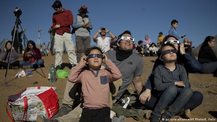 People watch the solar eclipse through special glasses in La Higuera, Chile (picture-alliance/AP Photo/E. Felix)
