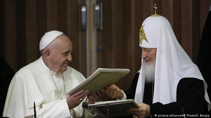 Papst Franziskus und der russisch-orthodoxe Patriarch Kirill (picture-alliance/AP Photo/G. Borgia)