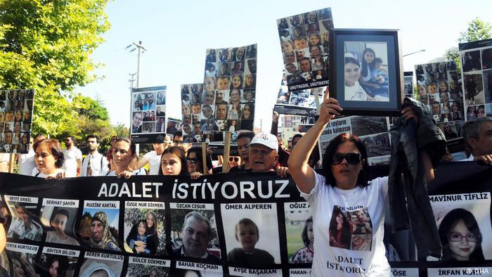 Aileler adliye sarayına afiş ve sloganlarla yürüdü. 03.07.2019/Çorlu