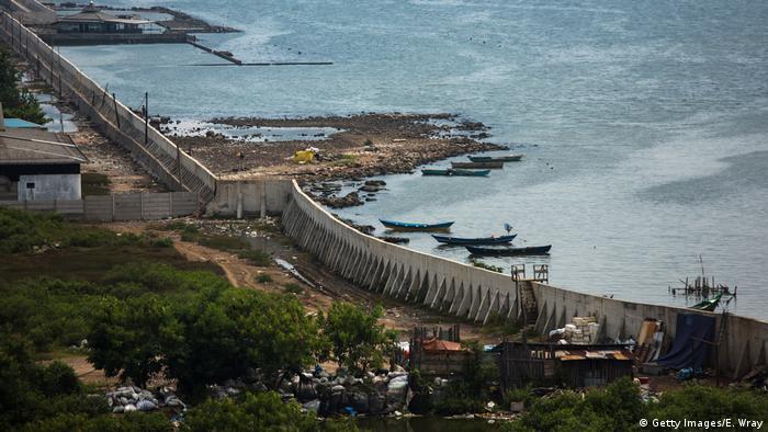 Blick aus der Luft auf die neu errichtete Hafenmauer in Jakarta, die die indonesische Hauptstadt vor Überschwemmungen schützen soll