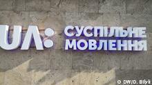 Logo der ukrainischen öffentlich-rechtlichen Fernsehanstalt NSTU (UA:PBC, UA Pershyi) an der Wand der Senderzentrale in Kiew. Copyright: Danylo Bilyk, DW.