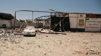 Le centre de détention abritait environ 600 migrants, en majorité érythréens et soudanais et deux de ses cinq hangars ont été touchés