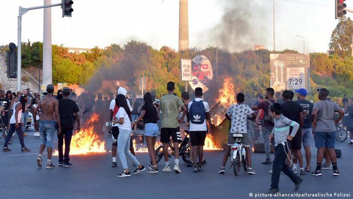 Demonstranten legen mit Feuern den Verkehr auf einer Straße in Tel Aviv lahm(Foto: picture-alliance/dpa/Israelische Polizei)