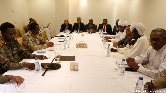 Sudan Treffen zwischen Vertretern des Militärrats und der Demonstranten in Khartum (AFP/Getty Images/A. Shazly)