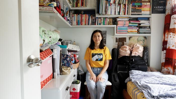 Руби Люн сидит на стуле в комнате