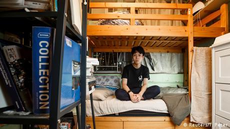 Соник Ли е на 29 години. Младият музикант живее на шест квадратни метра в апартамента на майка си. Отпорът срещу нарастващото влияние на Китай му напомня популярен американски комикс: Само че в него няма супергерои. Страхувам се, че един ден вече няма да можем да четем определени книги или да пеем определни песни, добавя той.