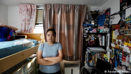 22-годишната студентка Залена Хо живее в стая от седем квадратни метра в апартамента на родителите си в Хонконг. Политически нещата много се влошиха. Повечето от нас сега рискуват всичко, за да запазят онова, което сме извоювали, казва тя. Самата Хо има и американски паспорт, и ако положениетго стане нетърпимо, смята да напусне. Но засега сме тук и се борим, добавя тя.