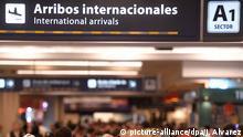 Passagiere warten am 30.10.2017 in einem Flughafen in Buenos Aires (Argentinien). Mindestens 24 Stunden soll kein Flieger der argentinischen Fluglinie «Aerolineas Argentinas» starten oder landen:Das Personal der Airline hat seit Montagnachmittag seine Arbeit niedergelegt. Mehr als 40.000 Passagier sind von dem Streik betroffen. (zu dpa «Argentinische Airline streikt:Mehr als 40.000 Passagiere betroffen» vom 31.10.2017) Foto: Alvarez Julian/telam/dpa +++(c) dpa - Bildfunk+++ |
