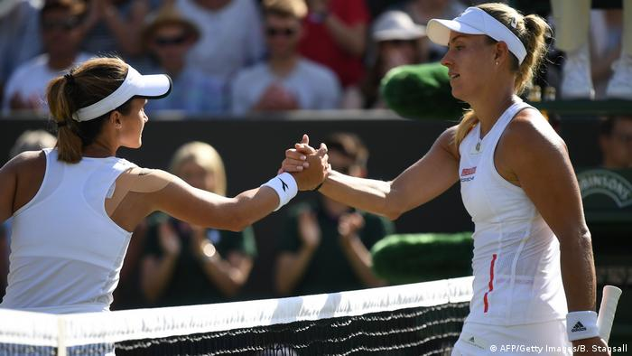 Lauren Davis (l) shakes hands with Angelique Kerber after the match(AFP/Getty Images/B. Stansall)