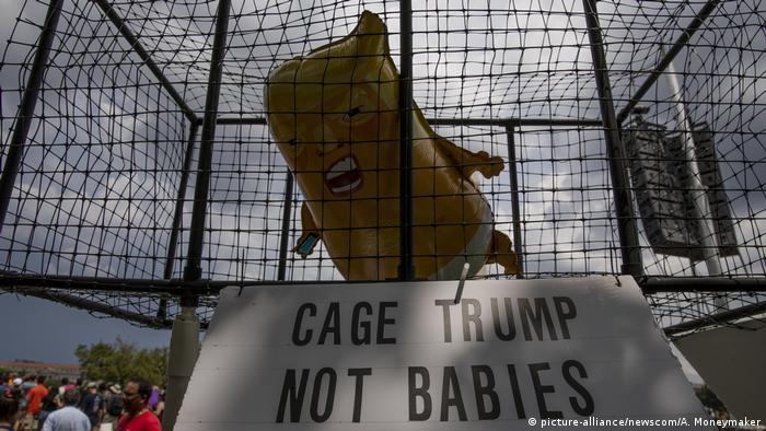 Протестувальники запустили немовля-Трампа